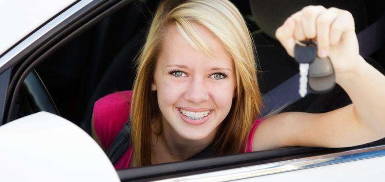 Jeune fille en leçon de conduite